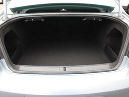 ラゲージルームはとても広く、大きな荷物も搭載できます。トランクは、買い物などには十分な大きさです。
