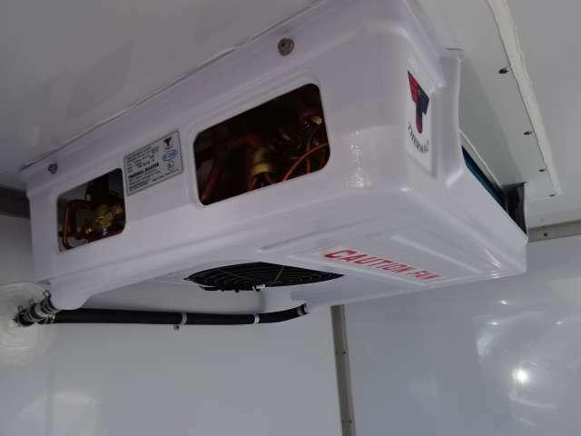 エバポレーターが薄型で庫内が広く使えます コンデンサーはルーフトップ式でルーフトップ式で空気取り入れ効率をUPしてます!