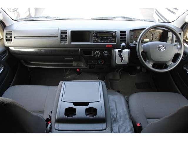 Wエアバッグ/ABS/キーレス/イモビライザー/アクセサリーコンセント(AC100V)/排ガス浄化装置スイッチ/電動格納式ドアミラー/フロントエアコン+リヤクーラー+リヤヒーターが装備されています。