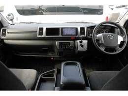Wエアバッグ/ABS/キーレス/イモビライザー/アクセサリーコンセント(AC100V)/電動格納式ドアミラー/社外ETC車載器/フロントオートエアコン/リヤクーラー/リヤヒーターが装備されています。