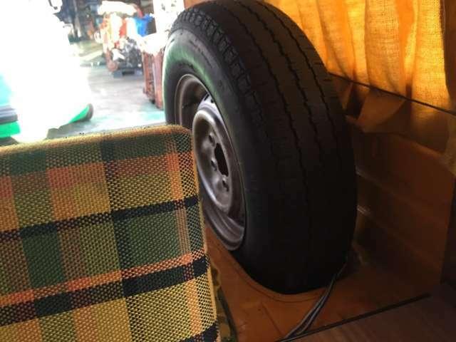 1Fベットの横にはスペアタイヤです。プラスチックの純正カバー輸入可!