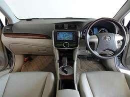 ウッド調のステアリングで、優雅で快適な操作性の運転席です。