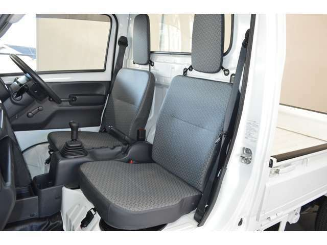 運転席シートはスライドOK★グレーの内装色は汚れが目立ちにくくオススメです!