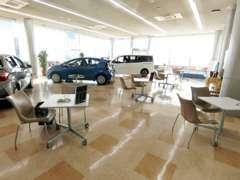 ガラス張りの開放感のあるショールームです。リラックスした雰囲気づくりに努めております♪展示車もご覧になってください!