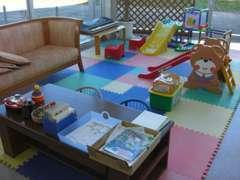 お子様連れでもご安心ください。キッズスペースには、塗り絵や滑り台など飽きない仕掛けがたくさんあります。