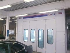 自社板金工場完備しております。イタリアCMC製塗装ブース完備。