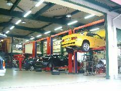 6基の大型リフトを備える自社整備工場がございます。