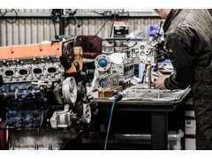 エンジンクレーン、ミッションジャッキを始め各設備も必要に応じて完備。半自動、酸素&MIGで日常整備の軽加工にも対応します