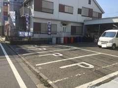 Pマークが目印の駐車場となります。