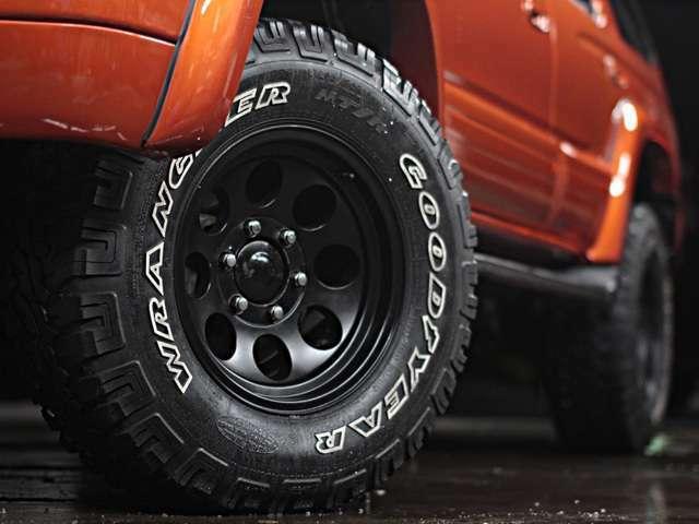 人気のブラックミッキートンプソンホイール&ラングラーMTタイヤを装着!二度見されるの必見!