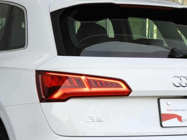 ■ダイナミックターンシグナル LEDウィンカーランプを内側から外側へと発光させることによって流れるようなデザインとなり、他車からの視認性をより高め事故を防止します。