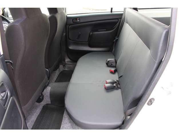 後部座席も気持ちよく乗って頂けるよう内装をきれいに仕上げました。