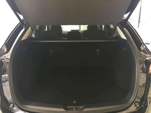 ラゲッジスペース♪車内クリーニング済♪ラゲッジスペースも広めの設計でシーンに合わせて荷物を積込できます♪長物を積むにはシートアレンジを変える事で積込ができます♪
