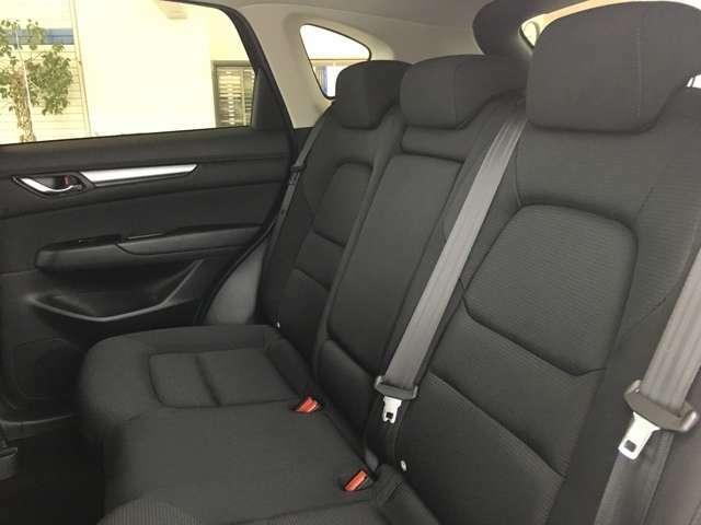 ゆとりの後部座席でロングドライブもゆったり過ごせます♪リクライニング機構を備えています♪