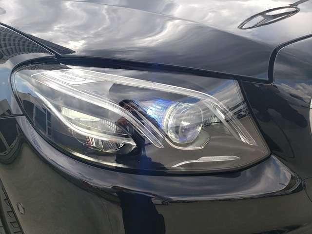 LEDインテリジェントライトシステム『走行状況や天候に応じて最適なモードを自動で選択する先進技術を駆使した装備です。照射範囲を大幅に拡大することで良好な視界を確保し安全性をサポートする装備です。』