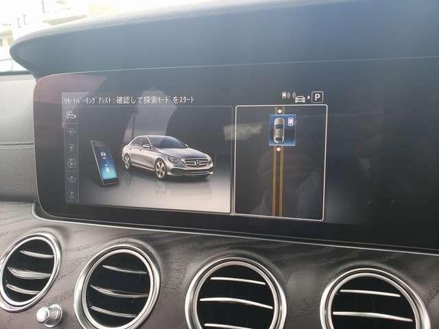 クルマの外から、スマートフォンのアプリで、駐車操作が可能。並列・縦列駐車の場合は、車両が駐車スペースを検知したら、クルマから降り、スマートフォンの操作だけで駐車することができます。