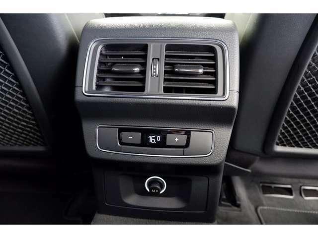 後席用に配置されたエアコンの吹出し口です。後席の方も快適なドライブが楽しめます。アクセサリーソケット付きです。