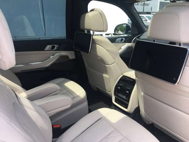 【リア・エンターテイメント・システム】ドライバーズシートと別のもう一つの特等席☆後席で多彩なオーディオ/ビジュアル機能を愉しめます。目的地までの時間をより快適にお過ごし下さい☆