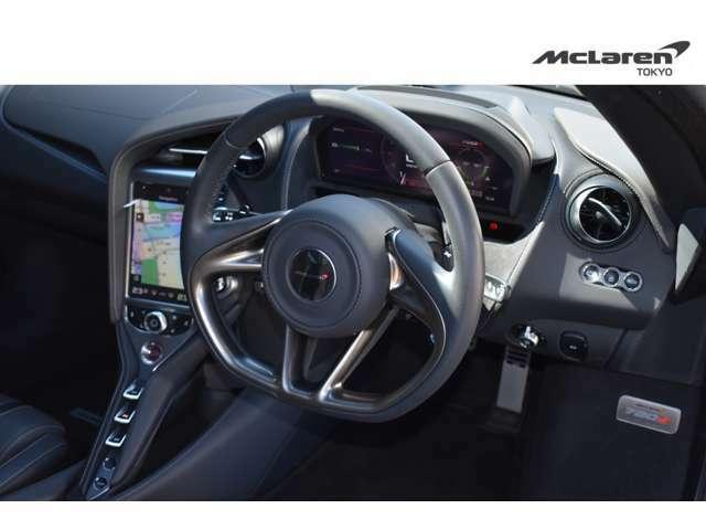 軽量化のためスイッチ類を排除したステアリングは、路面のインフォメーションを正確に伝えます。