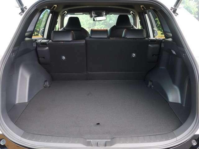 後部座席を倒すことで大容量のラゲッジスペースを確保。大きな荷物もらくらく収納可能です。