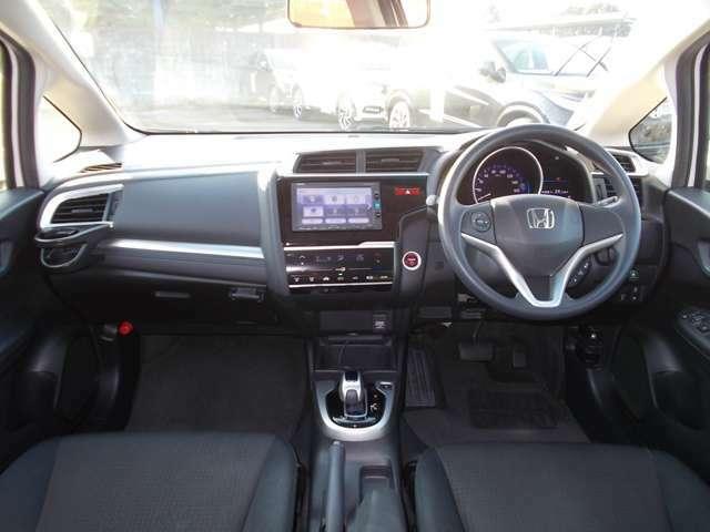 ドライバーを包み込むように、ディスプレーやスイッチ、コンソールを配置。座った瞬間から運転への期待が!空間そのものの心地よさにこだわっています。