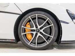 オプションの10スポークダイヤモンドカットホイール、マクラーレンオレンジキャリパーはシンプルながら飽きのこないデザインとなっております。