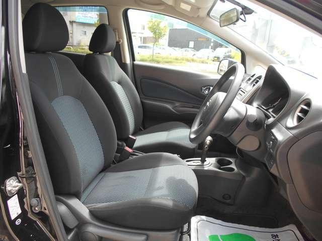 全席ブルーブロック調ストライプトリコットシート!シートリフターにより座席の高さもお好きな位置に調整可能!