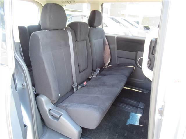 セカンドシートはリクライニング可能でくつろぎの空間。大人二人が乗っても十分なスペースです。前のオーナーがしっかりと管理されているお車で綺麗な状態がキープされております。