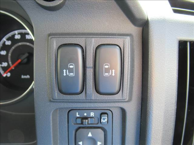 今やミニバンの定番装備となりつつある【両側電動スライドドア】運転席よりボタンひとつで開閉可能なスライドドアです。雨の日のお迎えなどに役立ちますね。