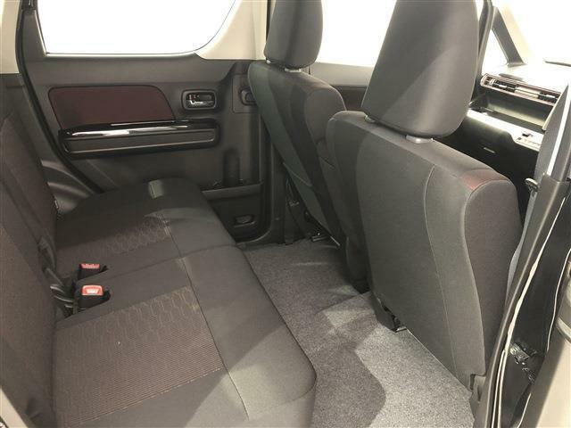 新プラットフォーム採用でエンジンルームが最小化され大人4人乗車しても後席でゆったりと足を伸ばせるゆとりある空間になっています。