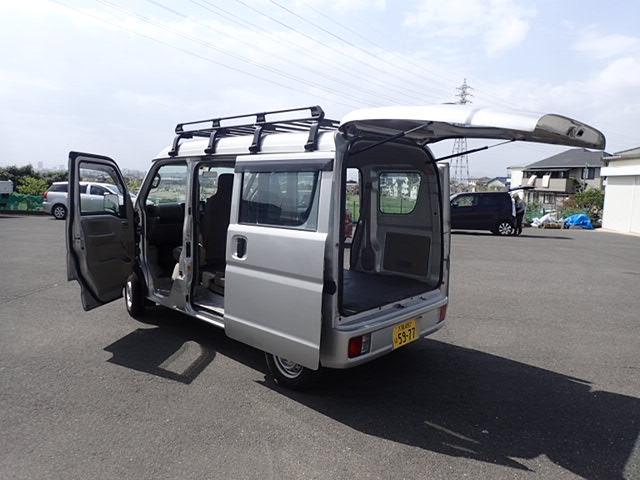 左タイヤ後ろに少し凹みが見られたので、当社にて板金修理しています。大阪から全国へ、高品質をお値打ち価格にてご提供します。