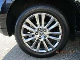 タイヤサイズ235/55R18のスタイリッシュな純正アルミホイールです。