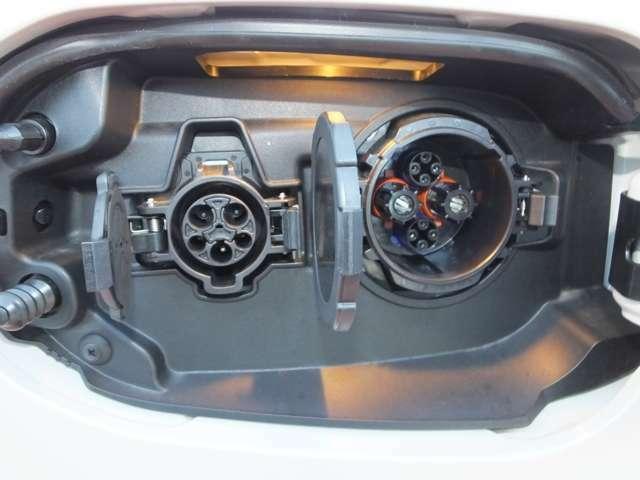 充電リッドを開けると、右側が急速充電(約25分で80%充電)で、左側がAC200V普通充電(約4.5時間で満充電)です。