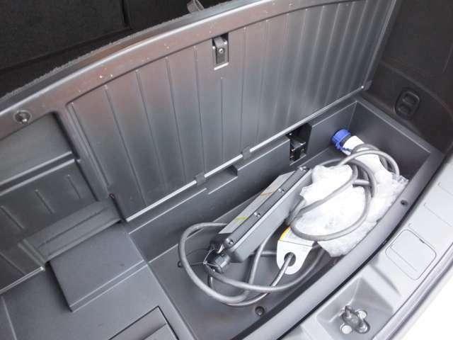 普通充電ケーブルは車内ラゲッジアンダーボックスに収納できます。