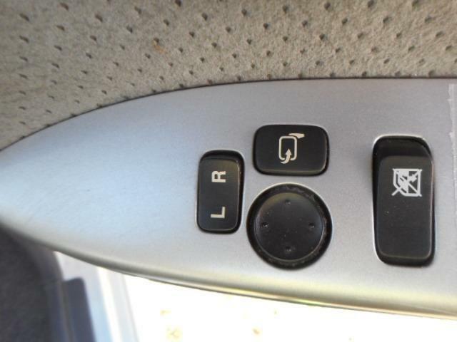 電動格納式ドアミラーが付いているのでミラーの調整が楽に出来ますよ。狭いところに駐車するときもぶつからないようにたたんでおくのも指一本でできますよ。
