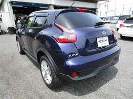ジュークの左リヤビュー UV&プライバシーガラスで、車内の紫外線&プライバシーをシャットアウト