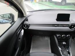横方向にすっきりと広がるダッシュボードが運転席との造形的なつながりを表現し、助手席のパートナーへ心地よい開放感と安心感を演出しています。