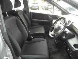 内装もきれいに保たれています。運転席シートは高さ調整のできるシートリフター付きです。