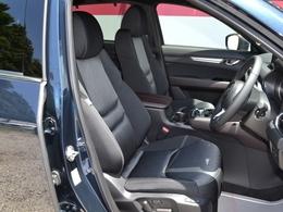 運転席・助手席にはシータヒーターを、またステアリングにもヒーターを内蔵。寒季節にも安全で快適な操作をサポートします。