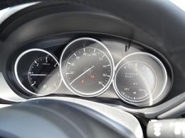人間中心の考え方に基づき、「絶えず確認が必要な情報」をフロントガラスに情報を投影することで、視線移動と焦点調節を軽減。シンプルな情報レイアウトいすることで、ドライバーが瞬時に情報を把握できます。