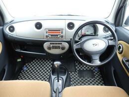 インパネ周りはシンプルなデザインとレイアウトになっています。見やすい大型1眼メーターで運転のしやすさに配慮しました。