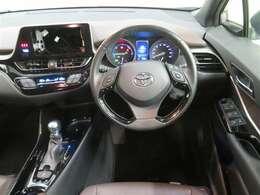 洗練されたデザインのハンドル周り。充実の機能で運転を楽しめます。