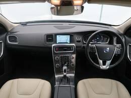 V60クロスカントリー T5 AWD SEが入庫いたしました!白本革仕様で内装が明るく見え快適なドライブをお楽しみいただけます!またシートヒーターやクルコン・安全装備も充実の一台です!