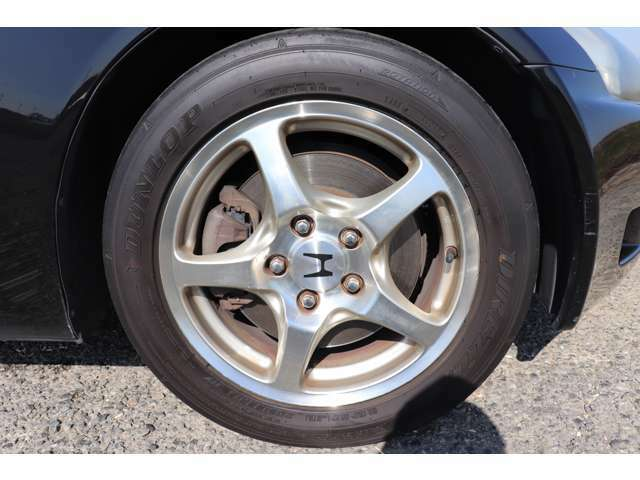 ホイールは前後純正の16インチアルミで、タイヤはダンロップのZ3です!