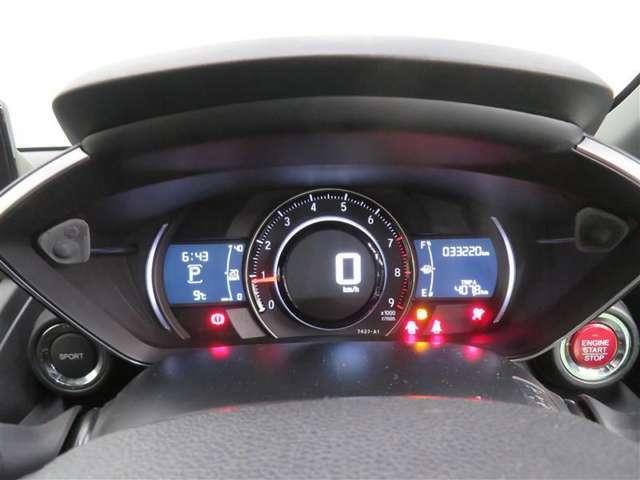 スポーツカーらしいデザインで、直感的に確認しやすいタコメーター&速度計。
