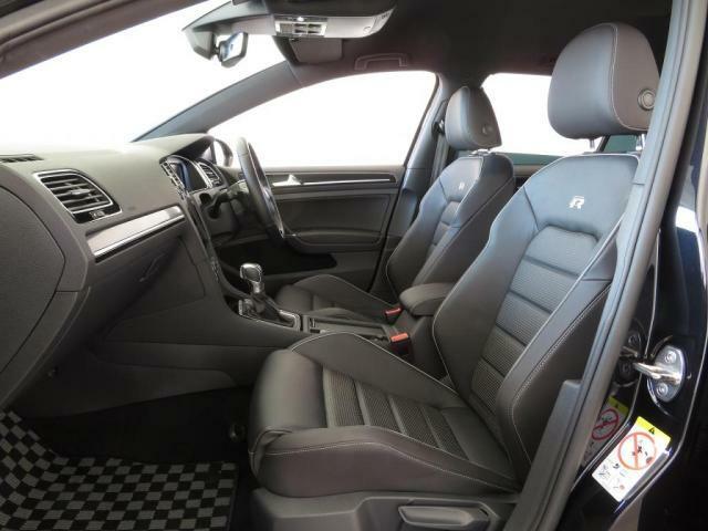 上質な本革を使用したトップスポーツシートは、優れたホールド性と快適さを高いレベルで両立します。(3段階温度調節機能付、シートヒータ内蔵)