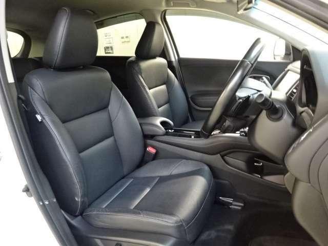 【本革フロント電動シート】十分な広さがあり、運転席は全ての方にピッタリの運転姿勢になるように、助手席は乗った方が快適に過ごせるように、細かく調整できます。本革シートで上質かつしなやかな触感です。
