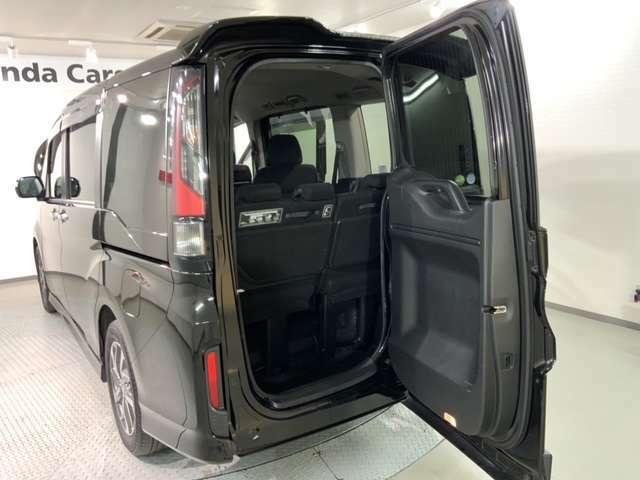 わくわくテールゲートは後ろのドアが横にも開き、狭い場所での荷物の出し入れや乗り降りがとても便利です!