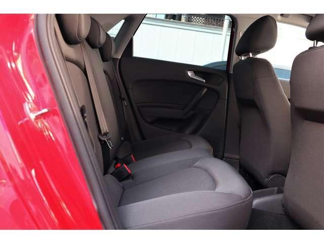 後席を同セグメントの車ではゆったりとした空間を確保。