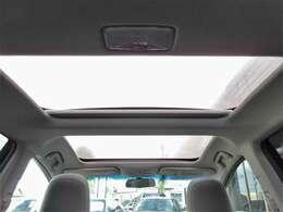 高額オプションのパノラマルーフ付き♪スイッチ操作で電動ロールシェードを開閉できます♪前席の方も後席の方も開放的に乗っていただけます♪